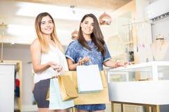 Amis faisant des emplettes dans un magasin de bijoux Images libres de droits