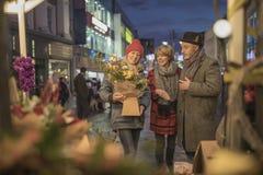 Amis faisant des emplettes le marché de Noël Photographie stock libre de droits