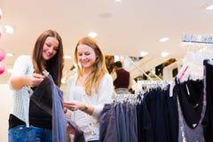 Amis faisant des emplettes pour des vêtements Photo stock