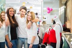 Amis faisant des emplettes pour des vêtements Photographie stock