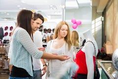 Amis faisant des emplettes pour des vêtements Images libres de droits