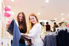 Amis faisant des emplettes pour des vêtements Photos libres de droits