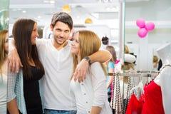 Amis faisant des emplettes pour des vêtements Photographie stock libre de droits