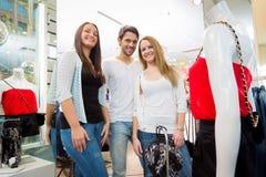 Amis faisant des emplettes pour des vêtements Image stock