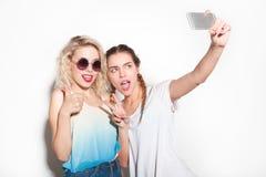 Amis faisant des gestes et prenant le selfie Photographie stock libre de droits
