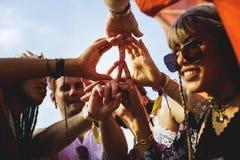 Amis faisant des mains comme signe de paix ensemble Image libre de droits