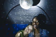 Amis faisant la fête dans une tente ensemble Photographie stock
