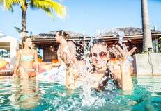 Amis faisant la fête la piscine Photo libre de droits