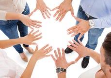 Amis faisant la forme de cercle avec la main Photographie stock libre de droits