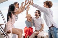Amis faisant la partie sur un yacht, ayant une partie de fantaisie sur un bateau de luxe Image stock