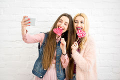 Amis faisant la photo de selfie Photos stock