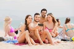 Amis faisant la photo de selfie au bord de mer Photo libre de droits