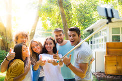 Amis faisant la photo de selfie dehors Image stock