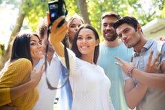 Amis faisant la photo de selfie sur l'appareil-photo Photo stock