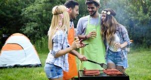 Amis faisant le barbecue et prenant le déjeuner Photo libre de droits