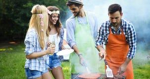 Amis faisant le barbecue et prenant le déjeuner Image stock