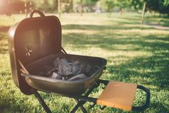Amis faisant le barbecue et prenant le déjeuner dans la nature Couplez avoir l'amusement tout en mangeant et en buvant à un pique Photo stock