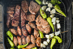 Amis faisant le barbecue et prenant le déjeuner Photo stock