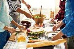 Amis faisant le dîner ensemble Image stock