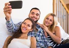 Amis faisant le selfie à la maison Photos libres de droits
