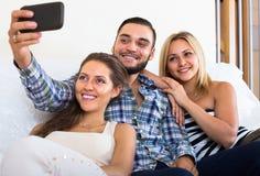 Amis faisant le selfie à la maison Photographie stock libre de droits