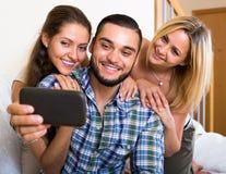 Amis faisant le selfie à la maison Photographie stock