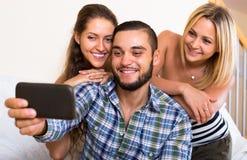 Amis faisant le selfie à la maison Images libres de droits