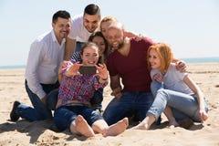 Amis faisant le selfie à la plage sablonneuse Photos libres de droits
