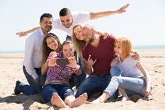 Amis faisant le selfie à la plage sablonneuse Images libres de droits