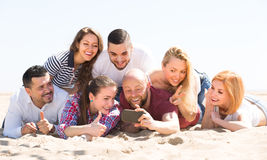 Amis faisant le selfie à la plage sablonneuse Photographie stock libre de droits