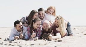 Amis faisant le selfie à la plage sablonneuse Image libre de droits