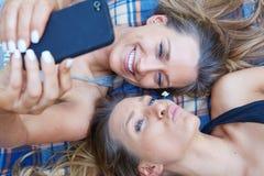 Amis faisant le selfie Image stock