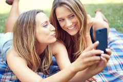 Amis faisant le selfie Photos stock