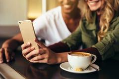 Amis faisant le selfie au café Image libre de droits