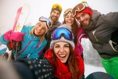 Amis faisant le selfie et ayant l'amusement sur des hodays d'hiver Image libre de droits