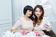 Amis faisant le selfie Réception de thé Photo stock