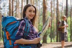 Amis faisant le voyage en nature Photos stock