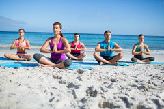Amis faisant le yoga ensemble Image libre de droits