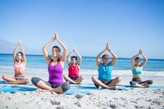 Amis faisant le yoga ensemble Image stock