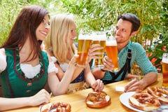 Amis faisant tinter des verres de bière Images libres de droits