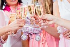 Amis faisant tinter des verres sur la partie de fête de naissance Image libre de droits