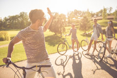 Amis faisant un cycle en parc Photo libre de droits