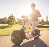 Amis faisant un cycle en parc Photo libre de droits
