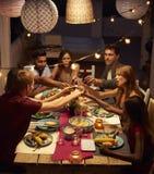 Amis faisant un pain grillé à un dîner de patio, vertical Images libres de droits