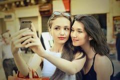 Amis faisant un selfie Photo stock