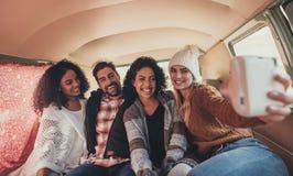 Amis faisant un selfie dans le fourgon Photographie stock libre de droits