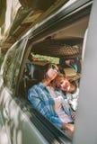 Amis fatigués de femmes dormant à l'intérieur de la voiture Images libres de droits