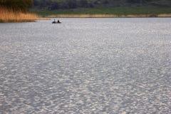 Amis flottant sur la rivière Photo stock