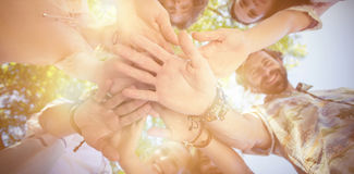 Amis formant un handstack en parc Photos libres de droits