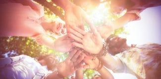 Amis formant un handstack en parc Image stock